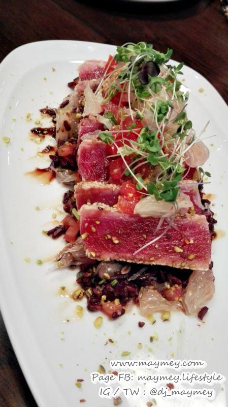 เมนู Grilled Ahi Tuna & Jasberry Rice Pomelo Salad ปลาทูน่าทรงเครื่อง