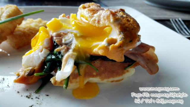 Eggs benedict with ham, spinach, mushroom, tomato and hollandaise sauce on waffle