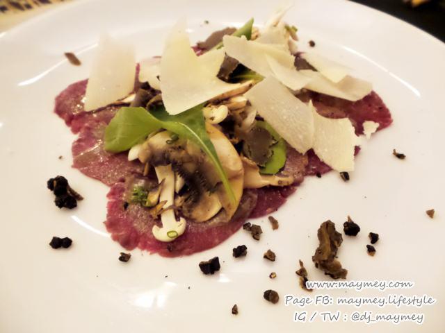 Beef Carpaccio mushroom salad summer truffle aged parmesan โรยชีสเพิ่ม