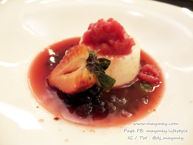 Low Fat yogurt panna cotta, red berries compote, chocolate 2crumble
