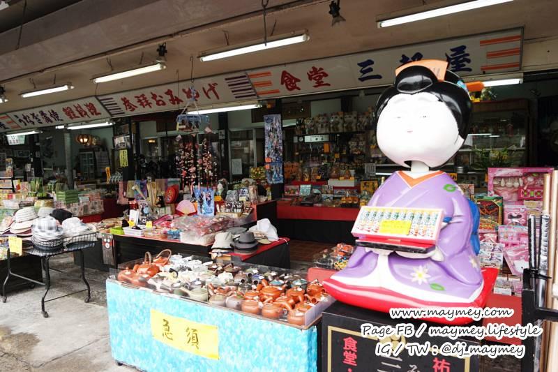 ทางเข้าศาลเจ้า จะมีร้านขายของที่ระลึก และขนมอร่อย ๆ มากมาย