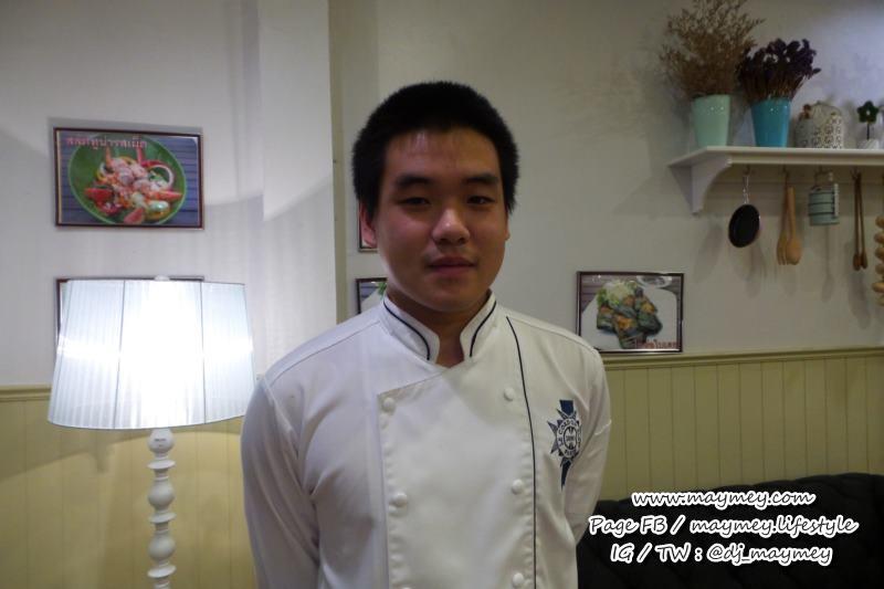 เชฟคนเก่งของร้านตำ ณ ดาว อายุ22ปี เอง แต่ว่าทำอาหารอร่อย และใส่ใจ