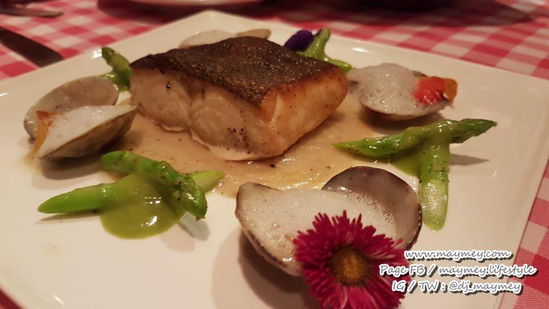 สเต็กปลาคอท หอยลาย เสิร์ฟพร้อมหน่อไม้ฝรั่ง 620++ บาท